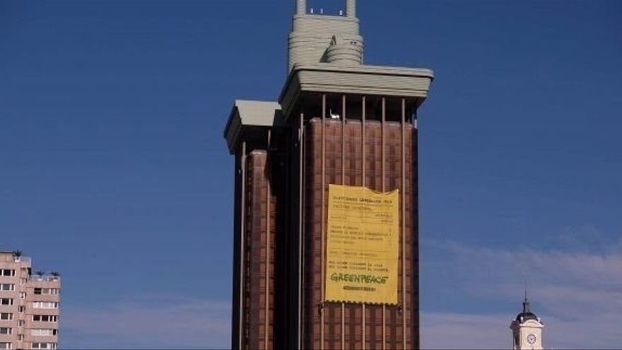 Greenpeace coloca una pancarta gigante en Colón (Madrid) para denunciar la factura medioambiental de los políticos