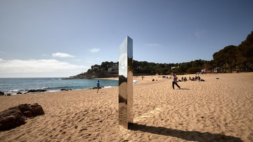Aparece en una playa de la Costa Brava un monolito metálico parecido al de Utah