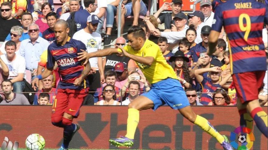 Neymar controla un balón ante la presión de David Simón en el Camp Nou, temporada 2015/2016.