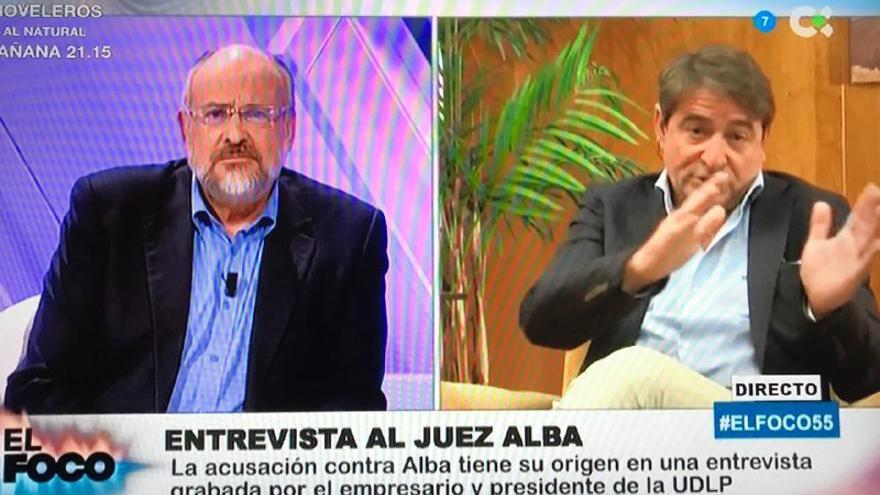 El periodista Francisco Pomares y el juez Salvador Alba, este lunes en el programa 'El foco'.