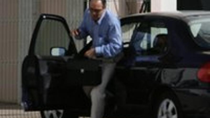 Carlos Taboada, saliendo del coche que puso a su disposición la Televisión Canaria.