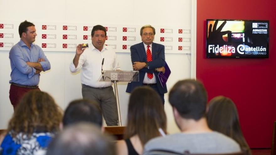 Javier Moliner, presidente de la Diputación de Castellón, presentando la tarjeta