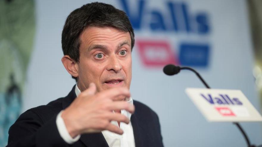 Manuel Valls ofrece sus votos para hacer alcaldesa a Ada Colau.