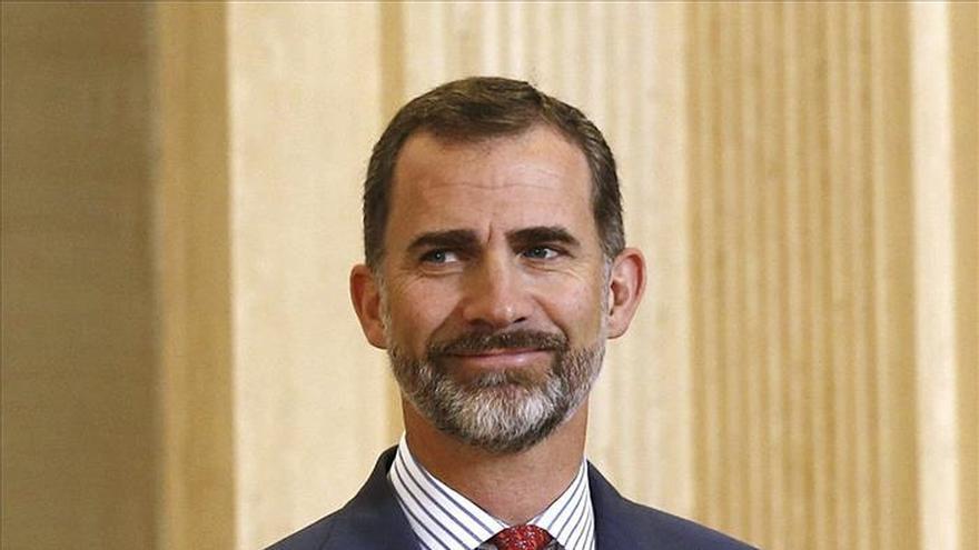 Felipe VI preside por vez primera una reunión de la Fundación Carolina