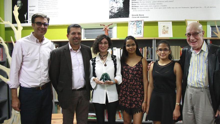 Irene Suárez Cortés (centro), con el concejal de Cultura, el alcalde, las dos dos actrices que representaron parte de la obra  y Antonio Abdo.