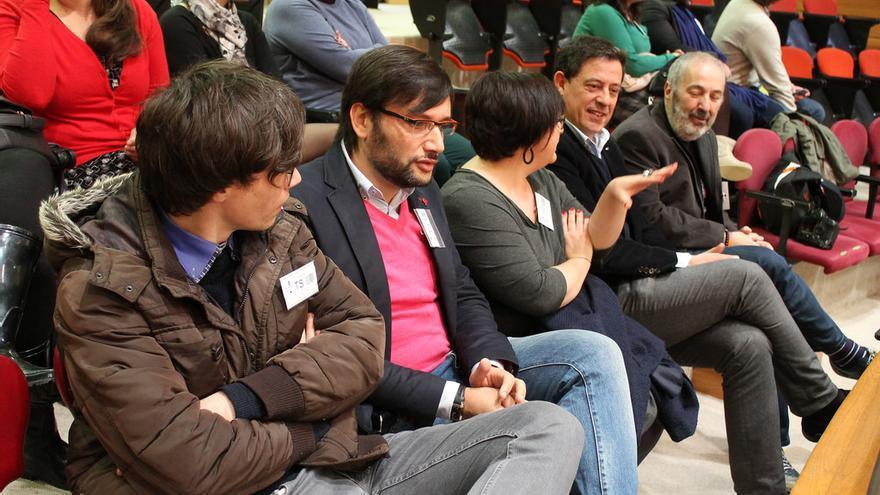 Besteiro (segundo por la derecha) sigue el debate con responsables del grupo LGTB del PSdeG