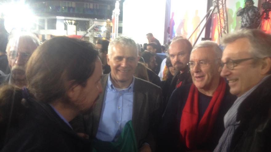 El líder de Podemos, Pablo Iglesias, saluda al coordinador general de Izquierda Unida, Cayo Lara, a su llegada al mitin central de Syriza en Atenas en el que ha participado, el 22 de enero de 2015. / Andrés Gil