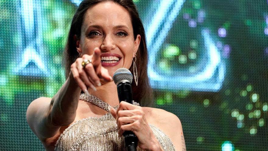 Angelina Jolie visita con una botella de vino a su ex Lee Miller en Nueva York