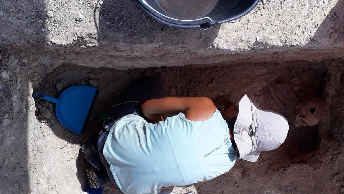 Una trabajadora en una fosa