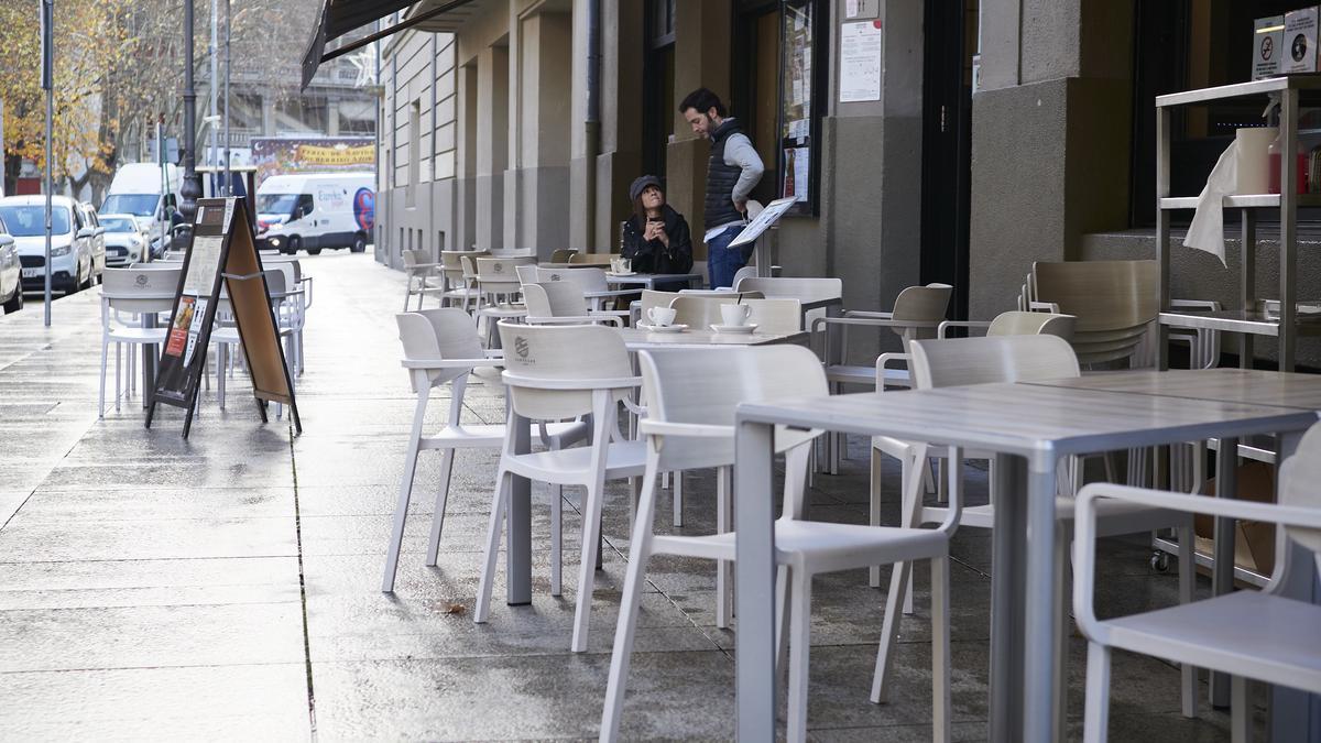 Archivo - Imagen de archivo de terrazas en un bar de Pamplona, Navarra.