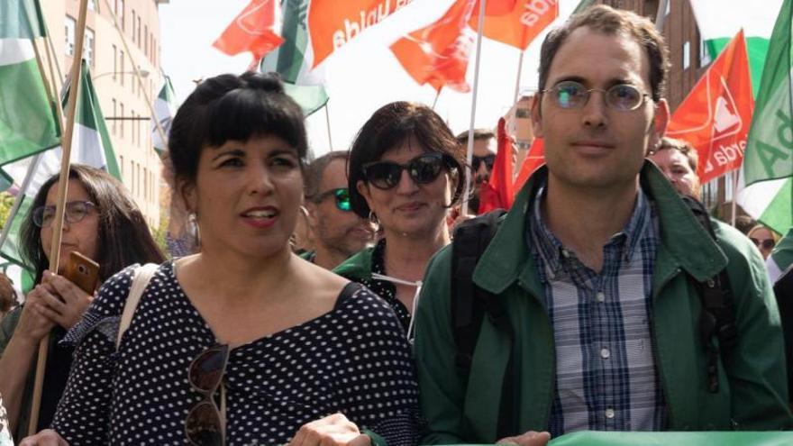 Teresa Rodríguez, de Podemos Andalucía, y Toni Valero, de IU, en una manifestación.