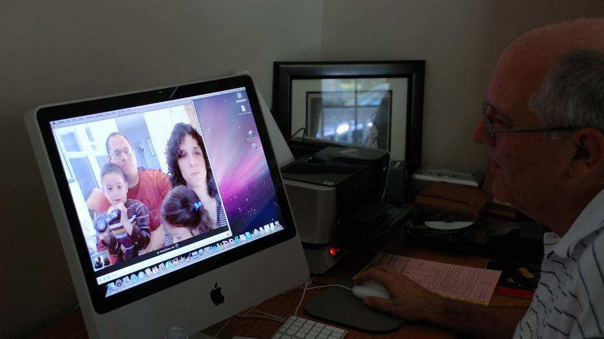 Las personas mayores también aprenden a usar Skype para mantenerse cerca de sus familiares (Foto: Joe Shlabotnik)
