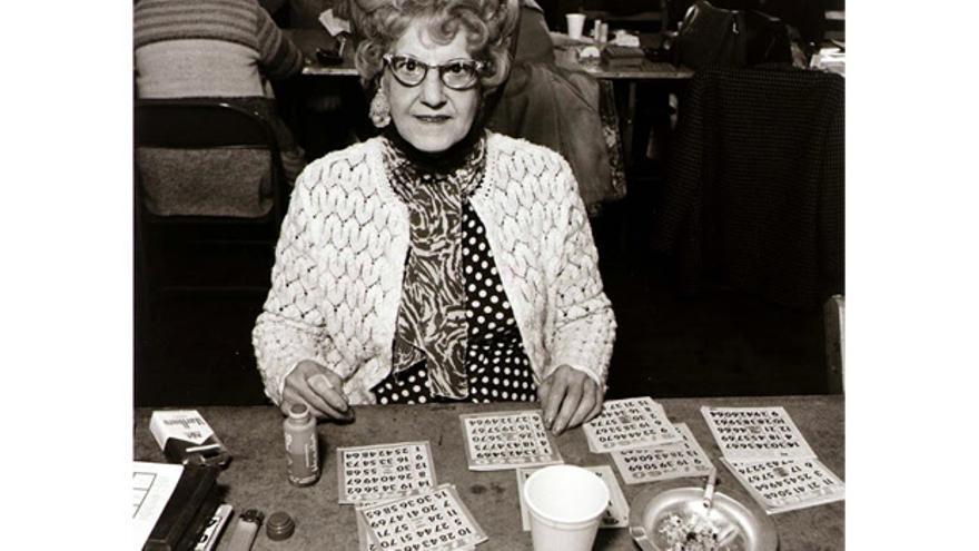 Señora jugando al bingo, 1974 (Autor desconocido)