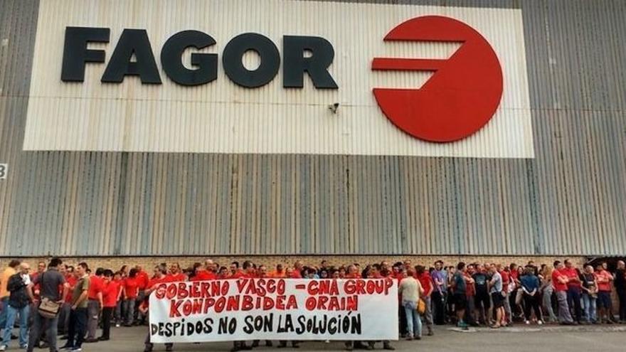 Protesta ante una planta de CNA-Fagor