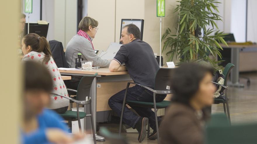 Cantabria lidera la caída del paro en el tercer trimestre, con 7.500 desempleados menos, un -17,7%