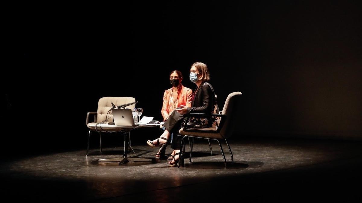 La directora artística de los Teatros del Canal, Blanca Li, y la consejera de Cultura, Marta Rivera de la Cruz