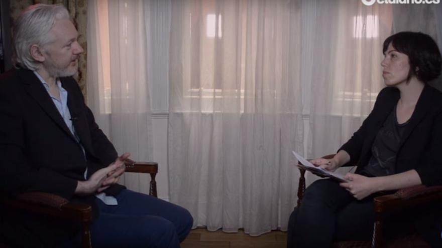 Julian Assange y Marta Peirano, en un momento de la entrevista