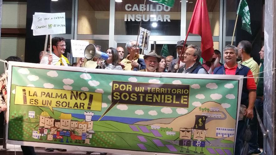 En la imagen, concentración este martes ante las puertas del Cabildo. Foto: LUZ RODRÍGUEZ.