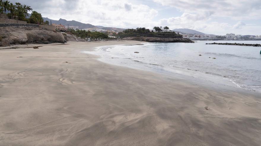 Vista de Playa del Duque, en el municipio de Adeje (Tenerife), desierta este Viernes Santo.