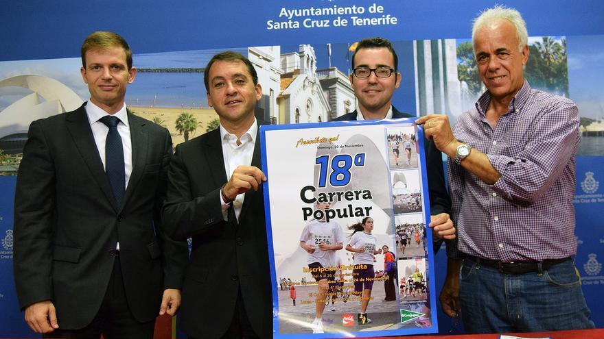 Miembros del ayuntamiento y de la organización junto al cartel de la prueba.