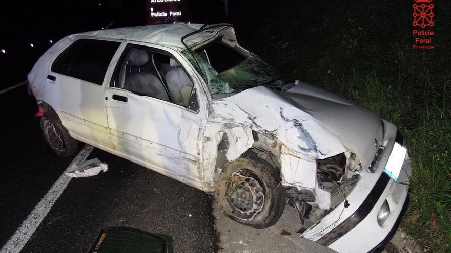Dos heridos con graves al chocar contra un talud y volcar en Leitza