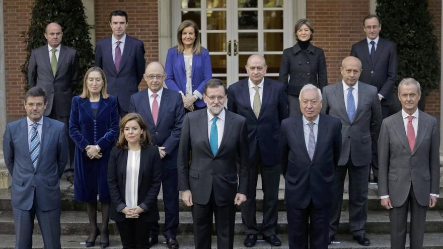 El presidente del Gobierno Mariano Rajoy, rodeado por su equipo de ministros / Efe