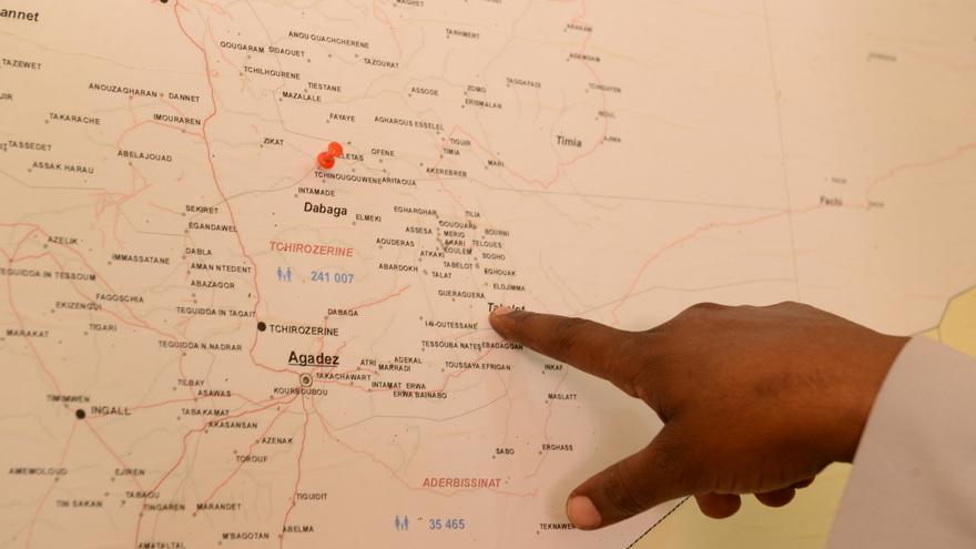 Andy señala en un mapa los países por los que ha pasado en su ruta migratoria.