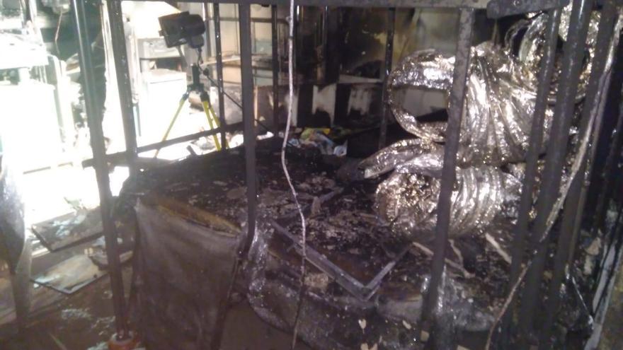 Mobiliario incendiado y otros destrozos ocasionados por el fuego en el interior del hospital chicharrero