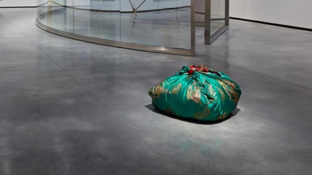"""La obra """"Ropa de cama coreana usada"""", una escultura textil de la artista surcoreana, se puede contemplar en una de las salas del nuevo museo."""