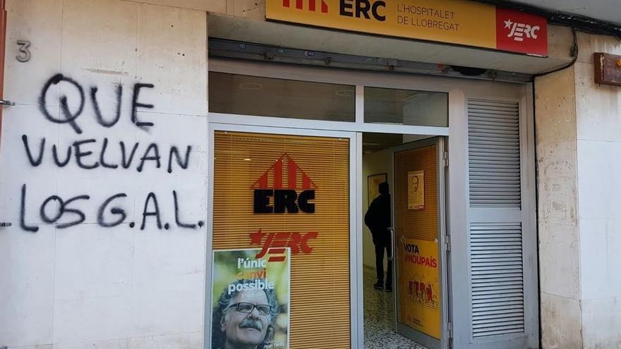 Las sedes de ERC y del PDECAT en L'Hospitalet amanecen con pintadas amenazadoras