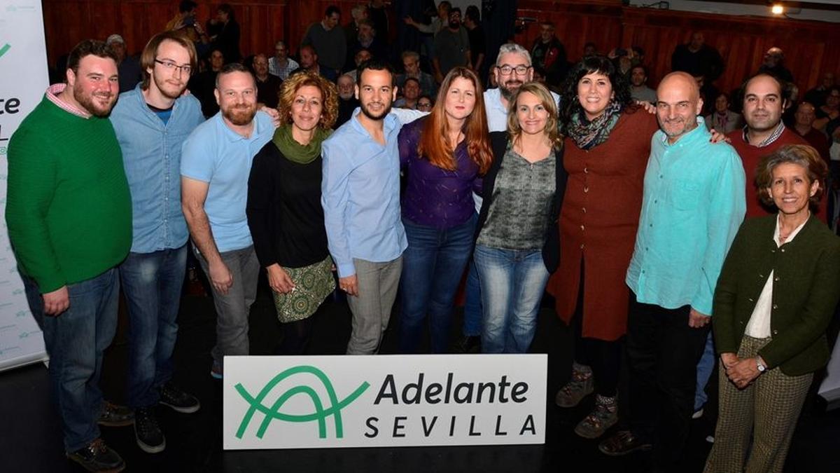 Presentación del proyecto Adelante Sevilla, con Susana Serrano y Daniel González Rojas en el centro.
