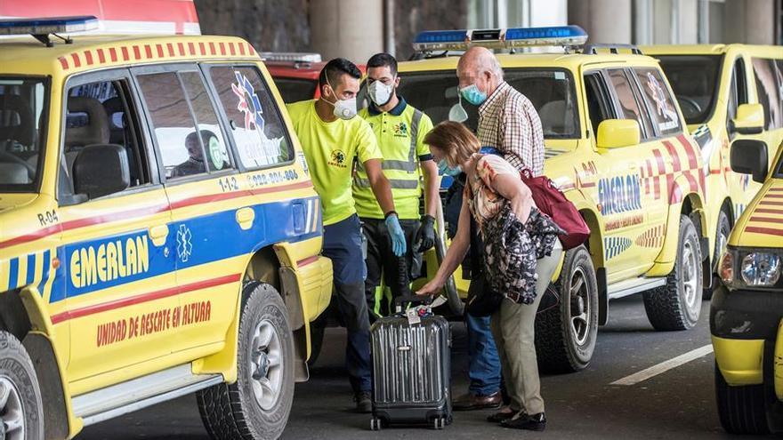 Viajeros a la llegada a Lanzarote de un vuelo desde Madrid donde una persona dio positivo por coronavirus. EFE/Javier Fuentes