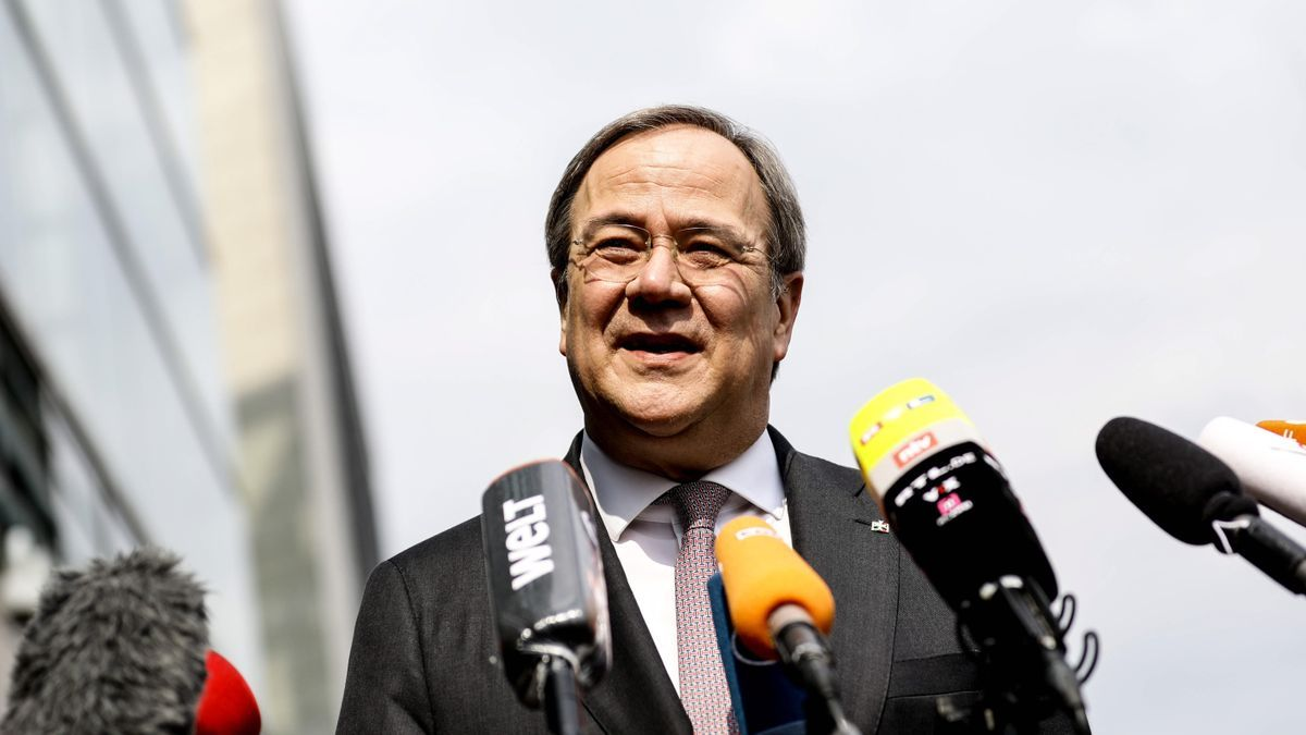 El presidente del partido Unión Democrática (CDU), Armin Laschet, habla frente a la sede de la CDU en Berlín, Alemania