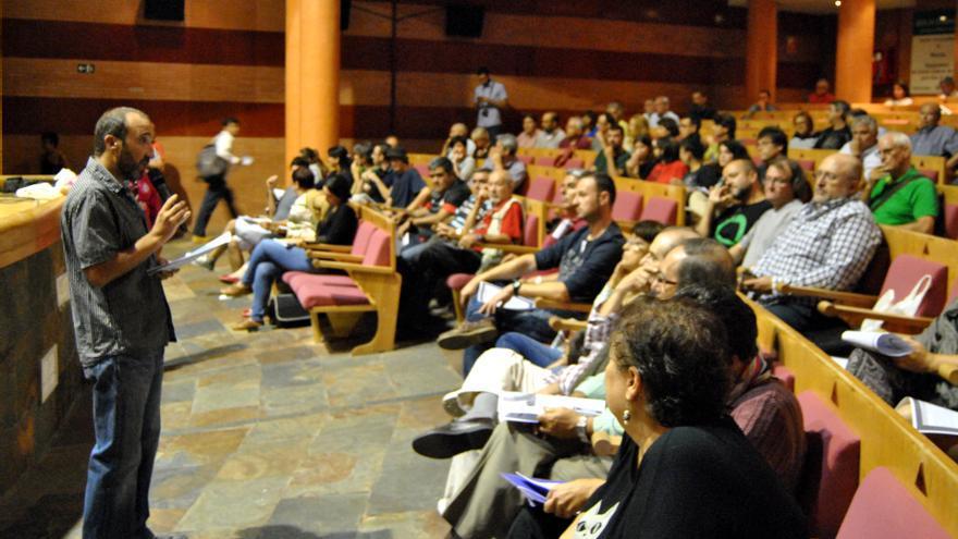 Manuel Nogueras, uno de los portavoces del círculo emeritense, habla en la asamblea