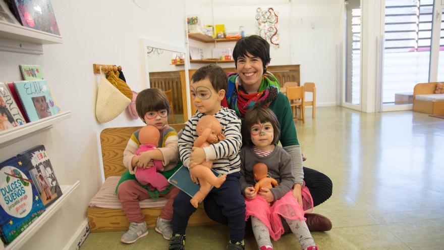 Amaia Munarriz Ibarrola con su hija Maddi y compañeros de su clase.