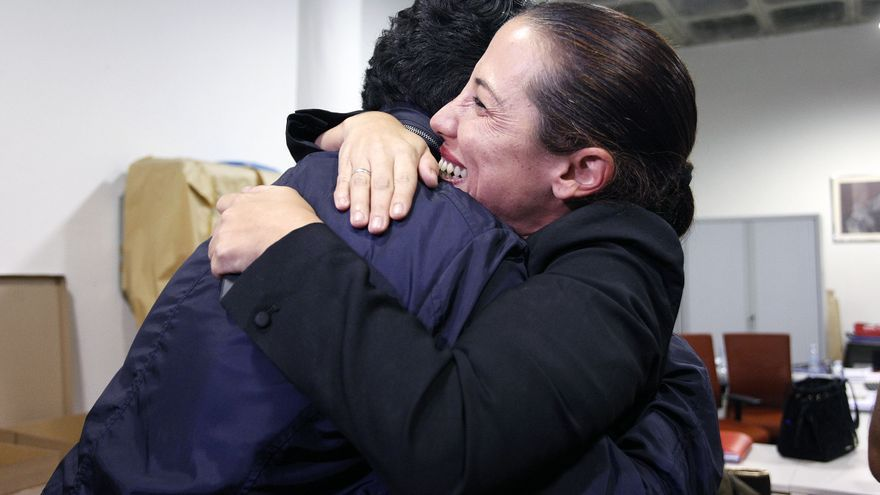 Efusivo abrazo de Patricia Hernández a Pedro Martín, en la sede insular del PSOE este noche de domingo
