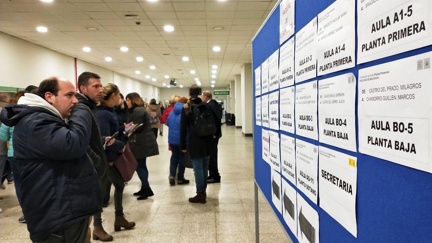 Ambiente en la Universidad Complutense de Madrid antes del examen para cubrir 4.005 plazas en Correos, este domingo