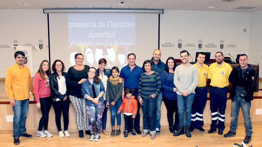 En la imagen, el consejero Mariano Hernández Zapata (centro), con representantes de asociaciones juveniles.