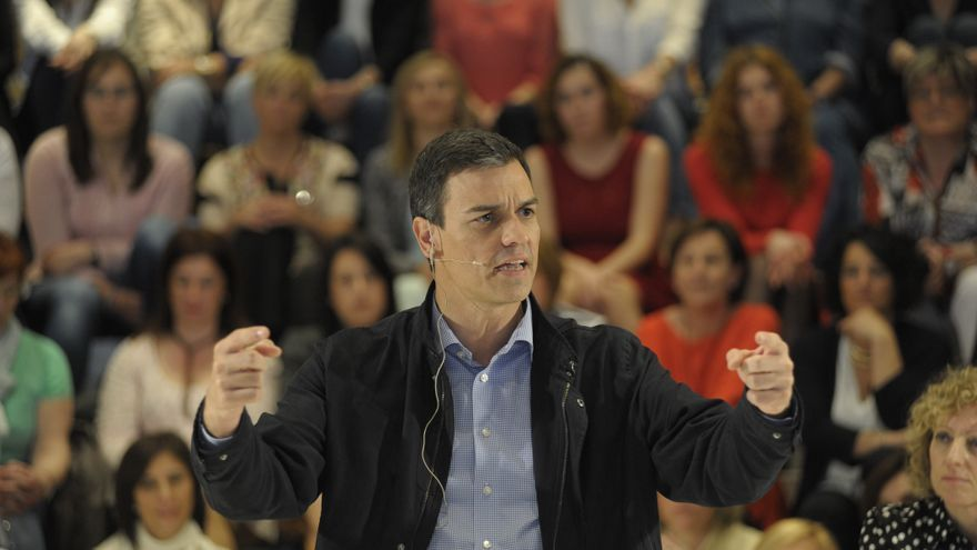 Pedro Sánchez durante su intervención en un mitin electoral en Santander.   BELÉN PEREDA