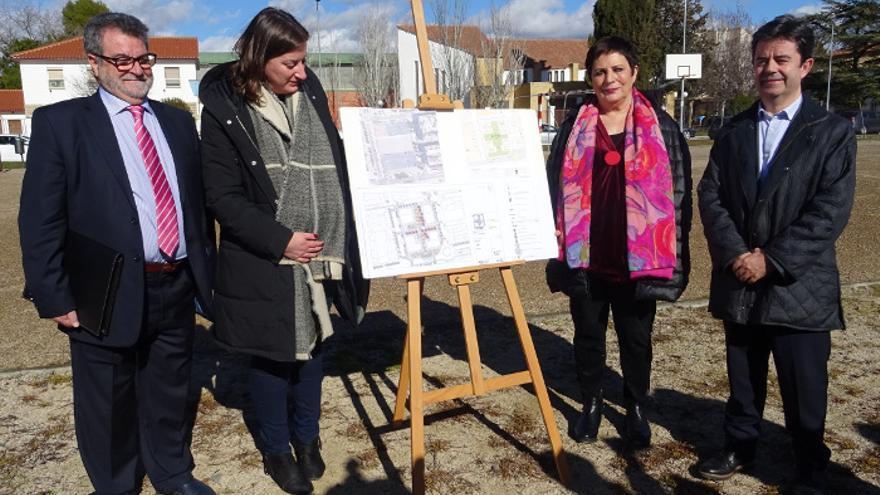 El alcalde de Huesca, Luis Felipe, ha visitado la zona con presidenta de la SIEPSE, Mercedes Gallizo