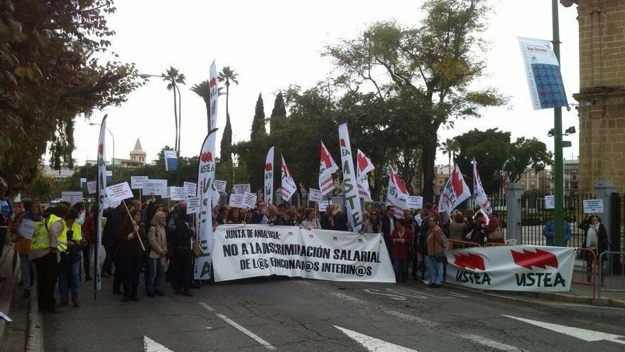 """Unas 300 personas se concentran en el Parlamento contra la """"discriminación salarial"""" a los interinos y personal laboral"""