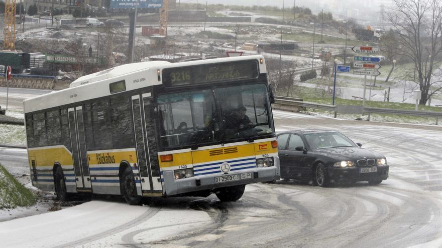 Un autobús de Bilbao afronta una cuesta cubierta por la nieve./eldiarionorte.es