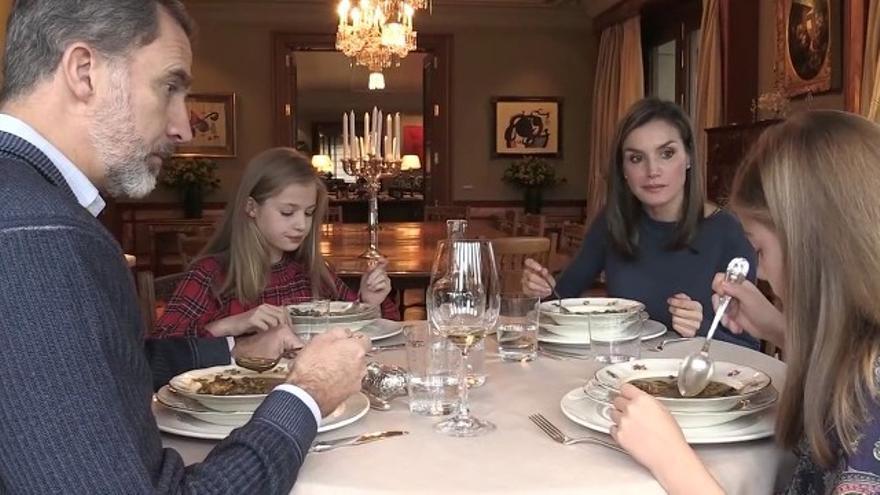 Los reyes almorzando con sus hijas