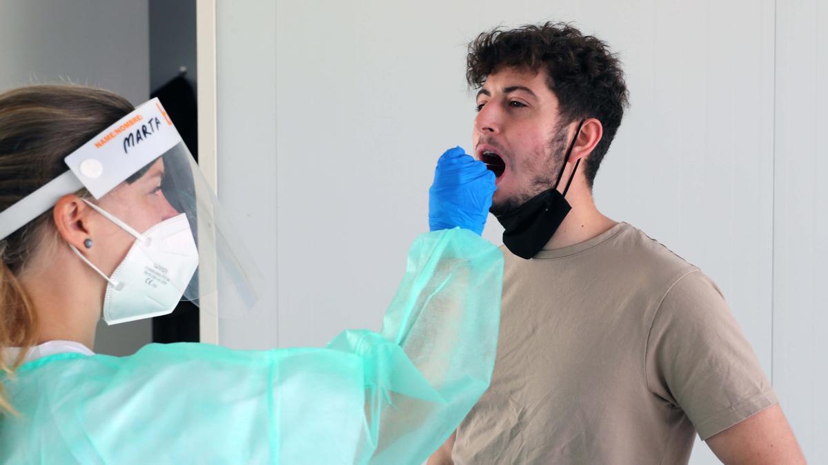 Un joven se hace la prueba PCR