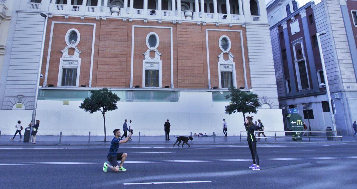 Dos jóvenes toman fotografías en una Gran Vía sin coches | SOMOS MALASAÑA