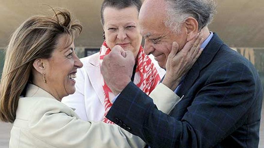 La exconsellera de Cultura Trini Miró, también señalada en el juicio, acaricia al exdirector de la ópera Lorin Maazel ante la mirada de Helga Schmidt.