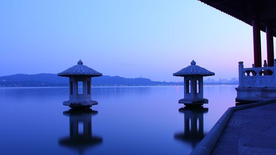 Luna de otoño sobre un lago tranquilo, un tópico famoso en poemas y canciones chinos, Lago Oriental en Hangzhou, Zhejiang, China. Foto: Jeff chenqinyi