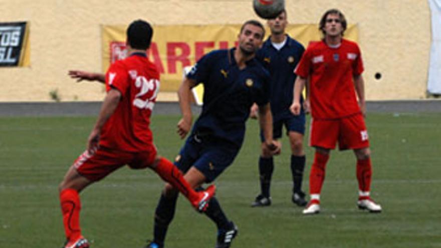 Alberto permanece atento a la trayectoria del balón en el encuentro que enfrentó a su equipo y al Badajoz. (ACFI PRESS)