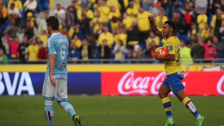 El jugador de la UD Las Palmas, Jonathan Viera, celebrando el penalti anotado ante el Celta de Vigo en el Estadio de Gran Canaria. (Alejandro Ramos).