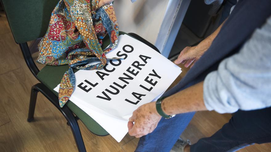 Un cartel contra el acoso en el acto de presentación de la Plataforma ProDerechos.